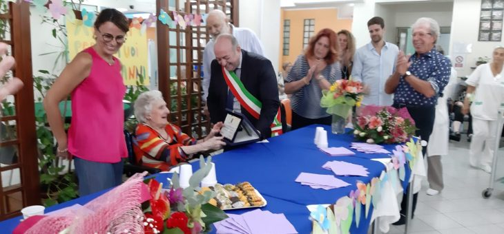 """100 candeline sulla torta di una delle """"nonne"""" della casa di riposo Maria Regina"""